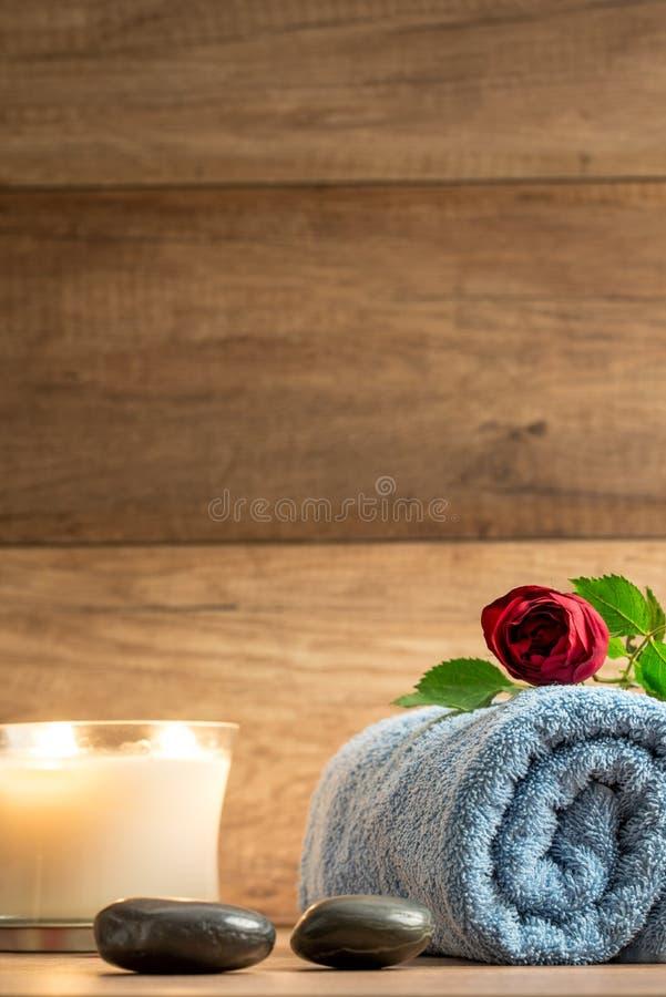 Arreglo romántico de la salud con una vela ardiente fotos de archivo libres de regalías