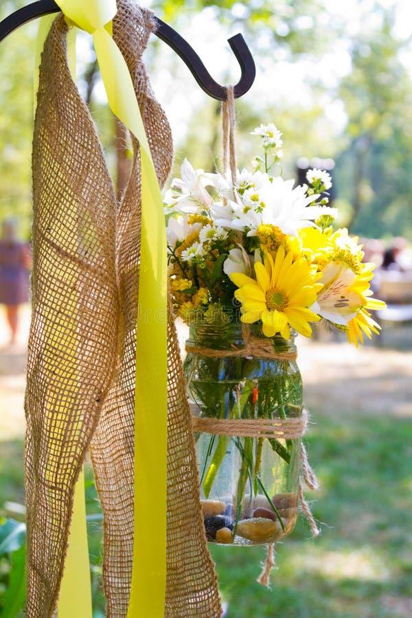 Arreglos florales del día de boda imagen de archivo