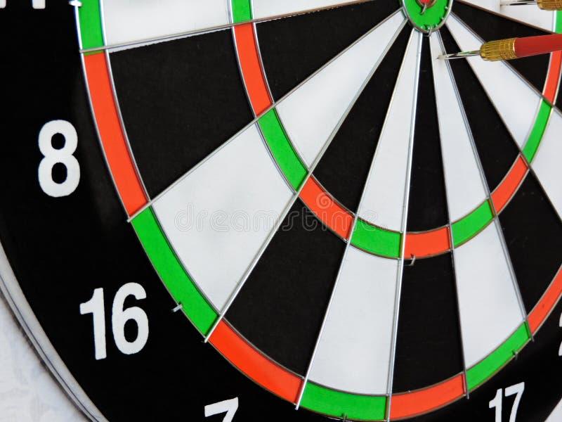 Arremesse a seta que bate no centro do alvo do alvo Sucesso que bate o fundo do conceito da realização do objetivo do alvo do alv foto de stock