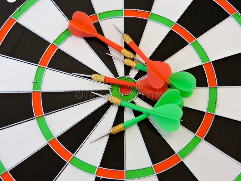 Arremesse a seta que bate no centro do alvo do alvo Sucesso que bate o fundo do conceito da realização do objetivo do alvo do alv imagem de stock royalty free