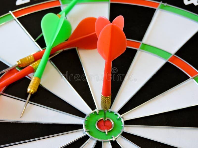 Arremesse a seta que bate no centro do alvo do alvo Sucesso que bate o fundo do conceito da realização do objetivo do alvo do alv fotos de stock