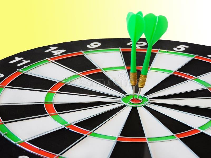 Arremesse a seta que bate no centro do alvo do alvo Sucesso que bate o fundo do conceito da realização do objetivo do alvo do alv fotografia de stock royalty free