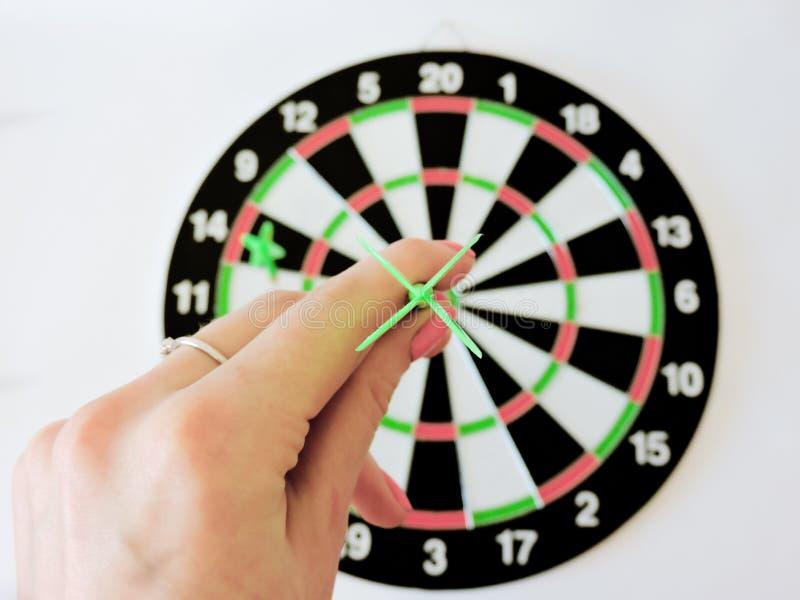 Arremesse a seta que bate no centro do alvo do alvo Sucesso que bate o fundo do conceito da realização do objetivo do alvo do alv fotografia de stock