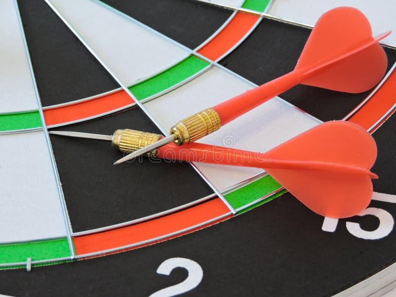 Arremesse a seta que bate no centro do alvo do alvo Sucesso que bate o fundo do conceito da realização do objetivo do alvo do alv imagens de stock royalty free
