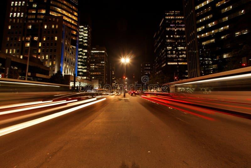 Arremetida do tráfego da noite de Avenida Paulista fotos de stock royalty free