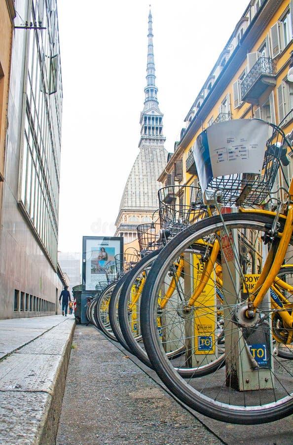 Arrendamento da bicicleta da cidade - uma fileira das bicicletas estacionou para o aluguer como parte de um esquema novo para inc imagem de stock royalty free