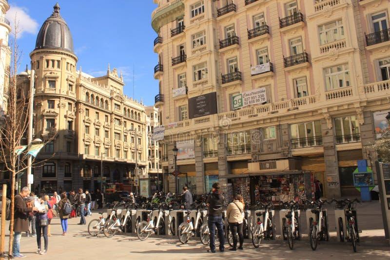 Arrendamento da bicicleta no Madri, Espanha foto de stock