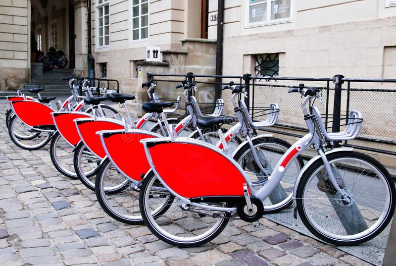 Arrendamento de bicicletas elétricas foto de stock