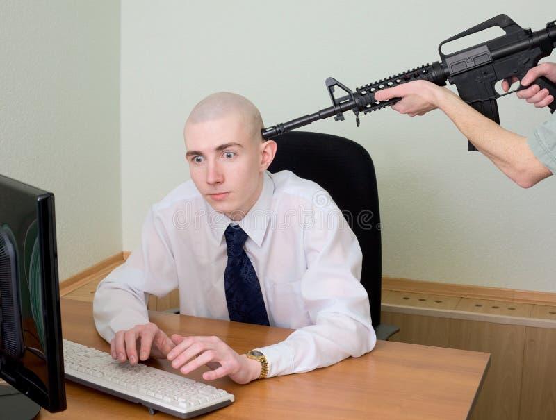 Arrestatie van de hakker op kantoor stock afbeeldingen