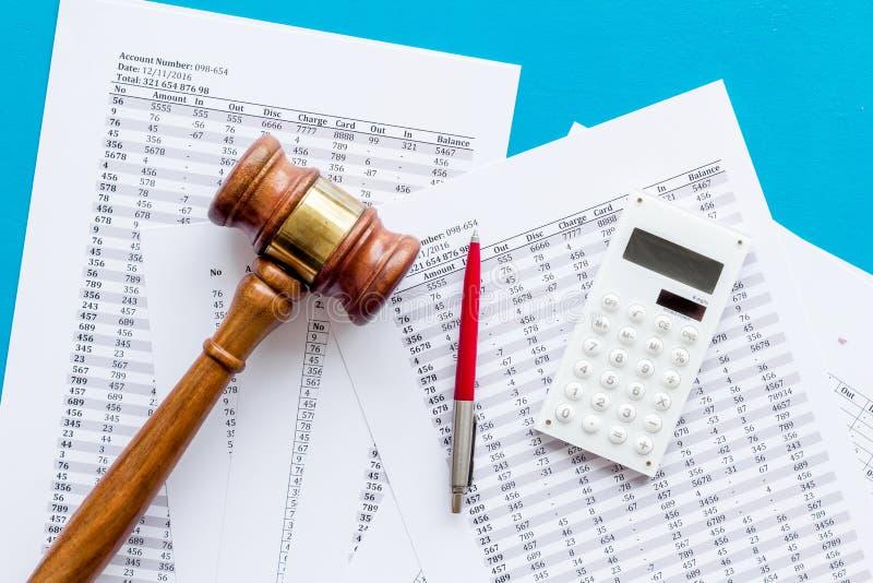 Arrestation du concept de compte bancaire Juge marteau près des documents financiers sur fond bleu vue du haut photo libre de droits
