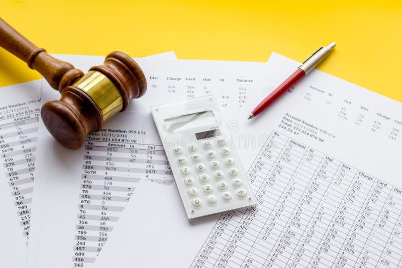 Arrestation du concept de compte bancaire Le juge marteau près des documents financiers sur fond jaune photographie stock