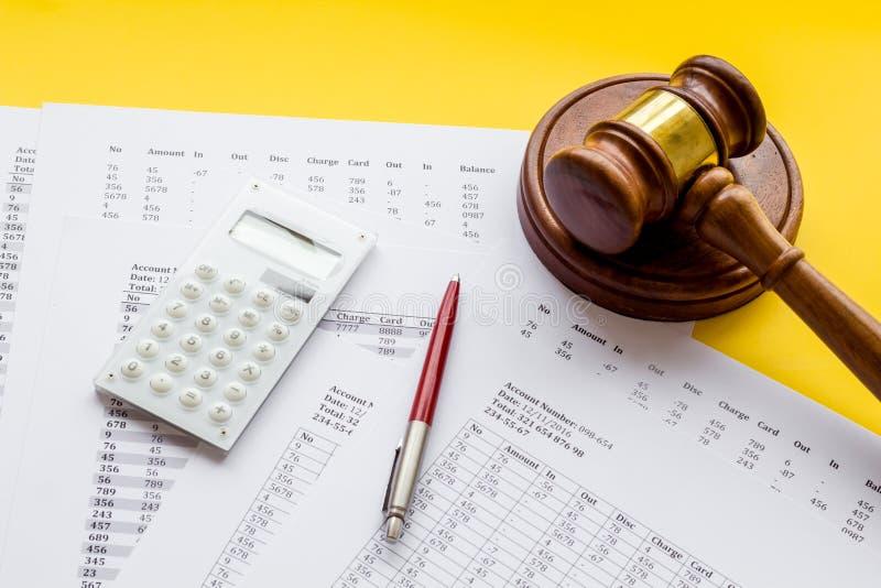 Arrestation du concept de compte bancaire Le juge marteau près des documents financiers sur fond jaune photographie stock libre de droits