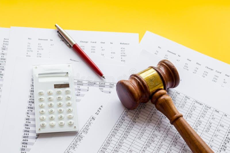 Arrestation du concept de compte bancaire Le juge marteau près des documents financiers sur fond jaune image stock