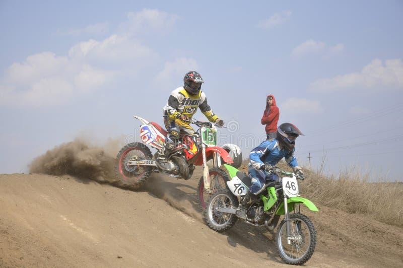 Arresto del cavaliere di motocross, pista polverosa fotografia stock libera da diritti