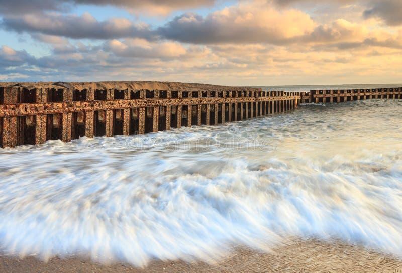 Arresto delle onde di oceano alla spiaggia in Nord Carolina fotografie stock libere da diritti