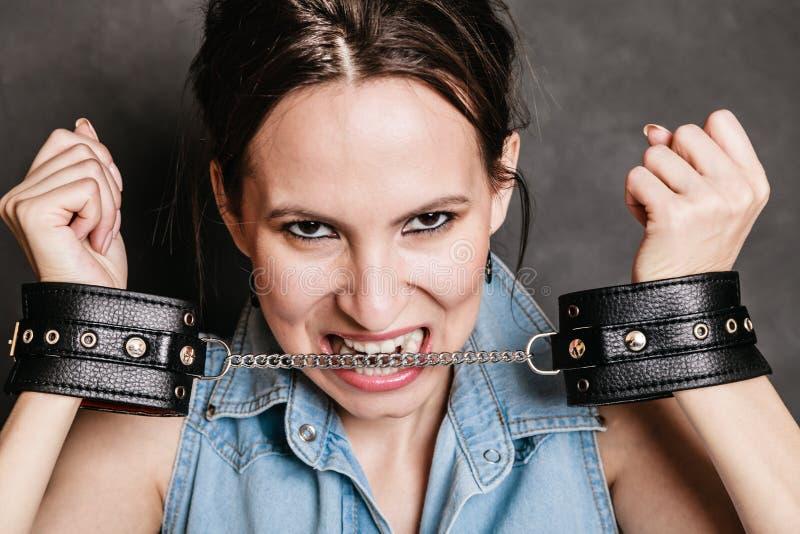 Arresto e prigione Ragazza criminale del prigioniero della donna in manette fotografie stock libere da diritti