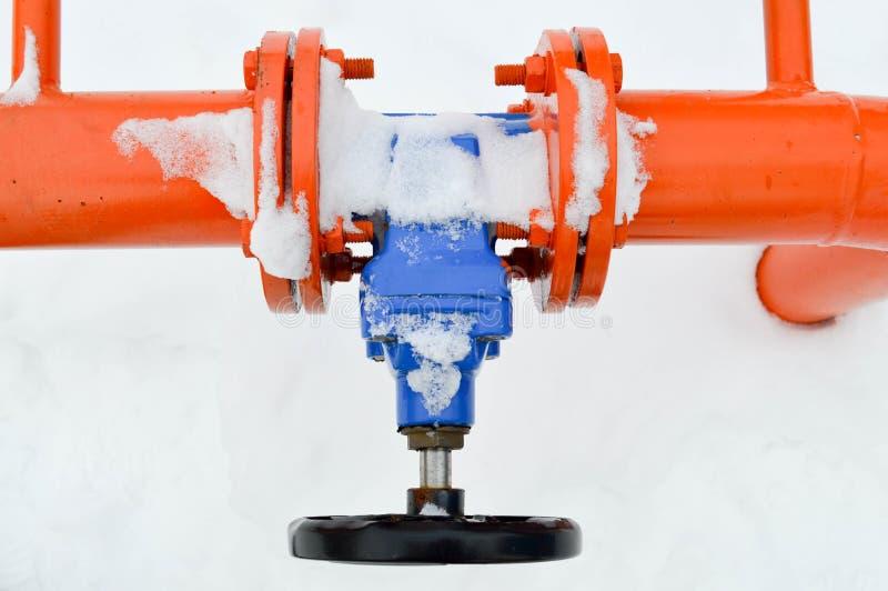 Arresto industriale che regola la valvola nera protettiva degli accessori per tubi per l'apertura, chiudentesi su un tubo arancio fotografia stock libera da diritti