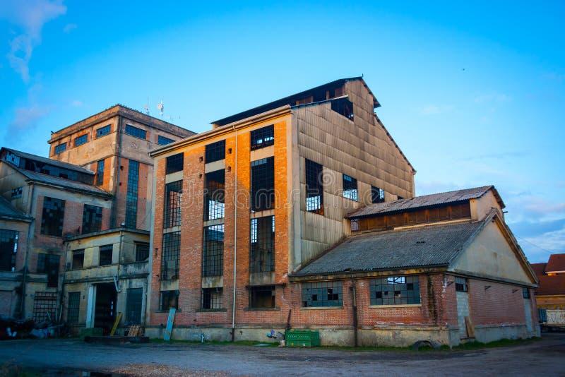 Arrière-cour abandonnée d'usine photographie stock
