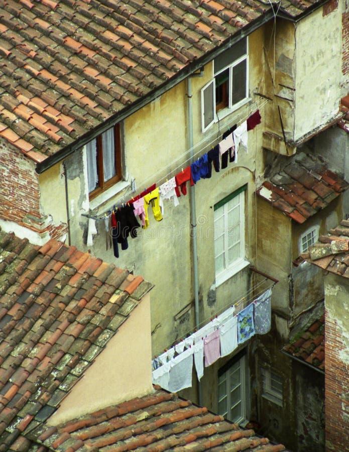 Arrière-cour avec des cordes à linge image libre de droits