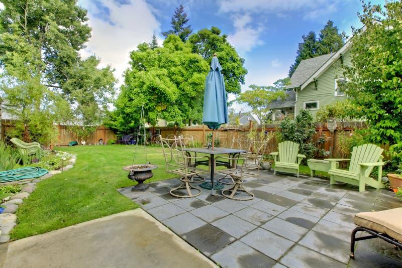 Arrière cour clôturée avec des meubles et la zone de séance. photos stock