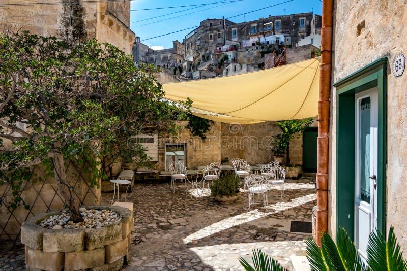 Arrière-cour de cafétéria confortable à Matera, Italie image libre de droits