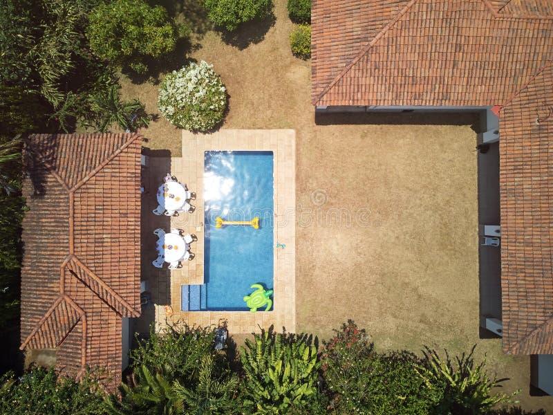 Arrière-cour de Chambre avec la piscine images libres de droits
