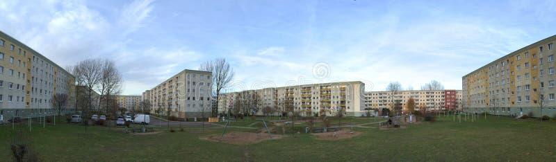 Arrière-cour de complexe de Plattenbau avec le terrain de jeu et de parking dans Greifswald, Allemagne image stock