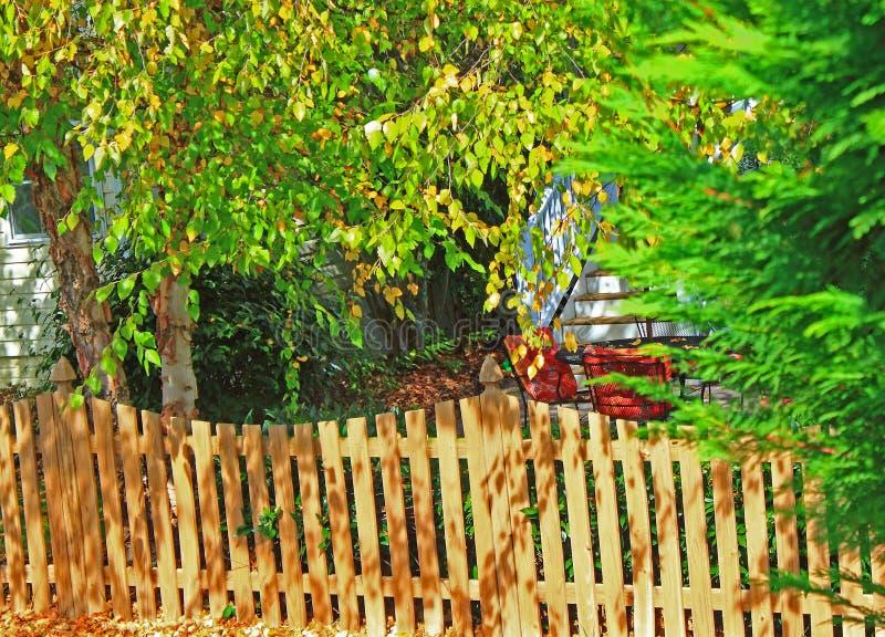 Arrière-cour en automne images stock