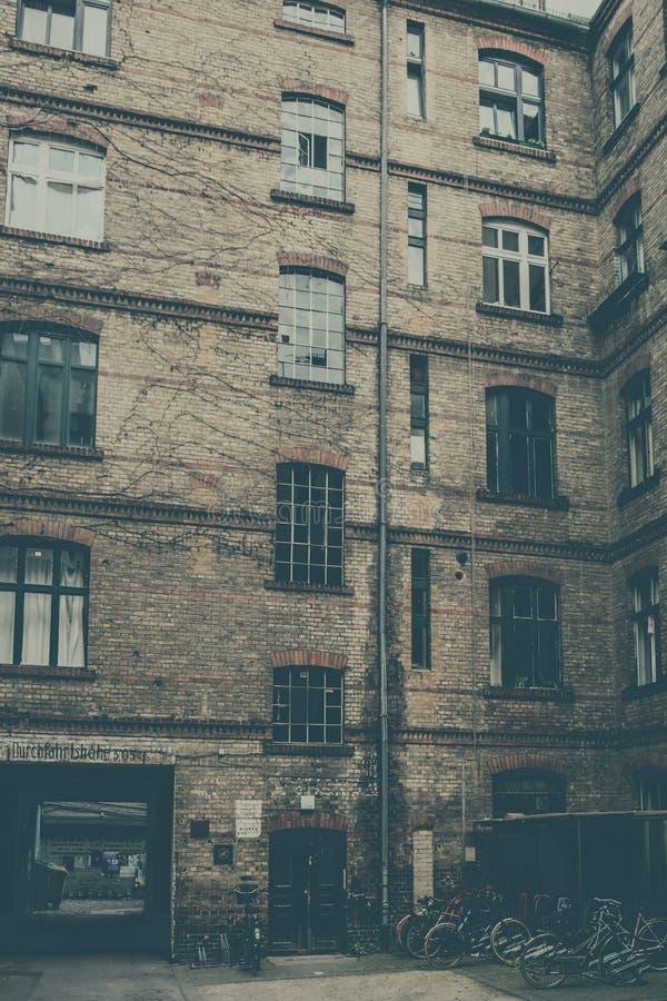 Arrière-cour, façade du vieux bâtiment à Berlin image stock