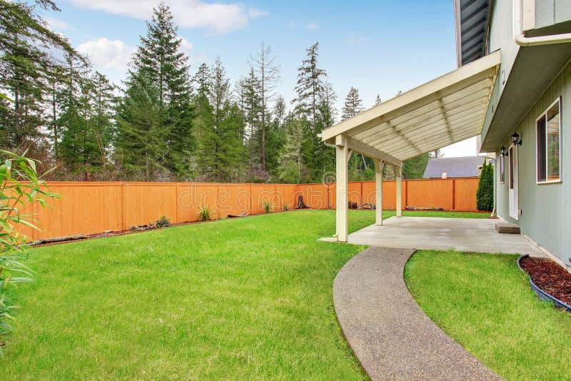 arri re cour gentille avec le patio couvert image stock image du outside meubles 56210619. Black Bedroom Furniture Sets. Home Design Ideas