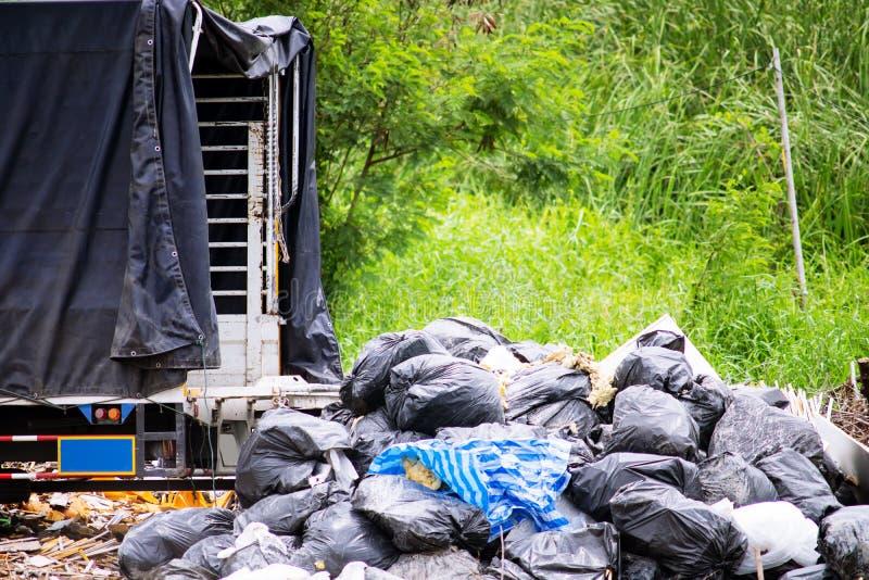 Arrière d'un camion avec déchets industriels dans une décharge images libres de droits