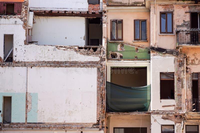 Arrière d'un immeuble abandonné de brique à Manhattan, dégradation urbaine de indication, la sortie de secours et le graffiti des photos stock