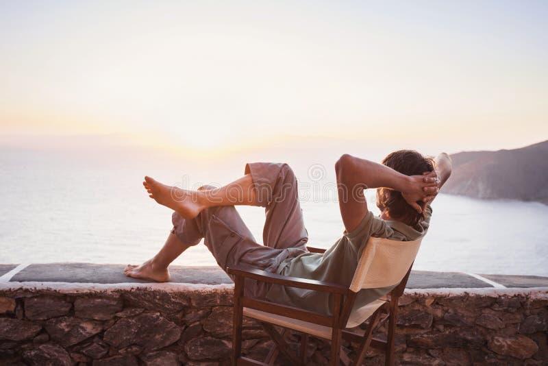 Arrière de jeune homme regardant la mer, concept de mode de vie de vacances image stock