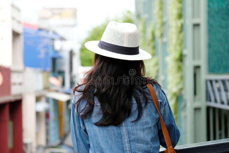 Arrière de la position de voyageuse de femme avec le fond d'extérieur de ville, lifesyle occasionnel, blogger de voyage image stock