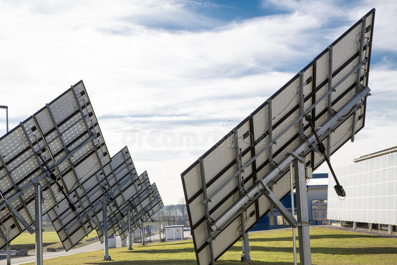 Arrière des panneaux solaires d'une rangée images stock