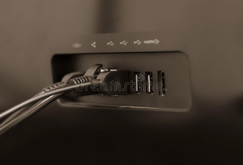 Arrière du moniteur d'ordinateur et connecteurs avec fils image libre de droits