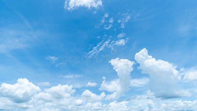 Arrière-plan bleu clair, nuages avec arrière-plan images stock