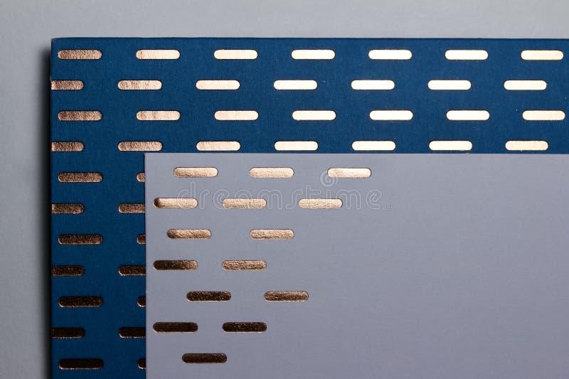 Arrière-plan de la texture de papier bleu avec des accents de ligne dorée brillante photo libre de droits