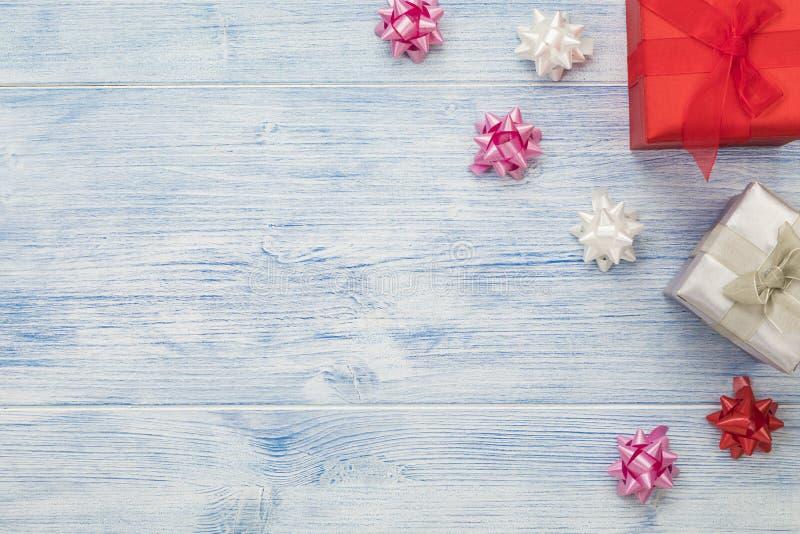Arrière-plan de Noël avec boîtes cadeaux rouges et argentées et arcs en ruban, grand espace de copie photo libre de droits