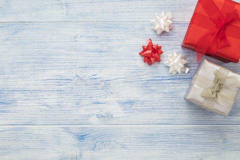 Arrière-plan de Noël avec boîtes cadeaux rouges et argentées et arcs en ruban, grand espace de copie images stock