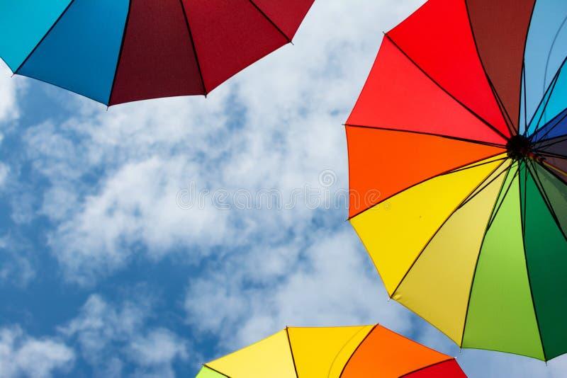 Arrière-plan des parapluies colorés. Parapluies colorées dans le ciel. Décoration de rue photographie stock