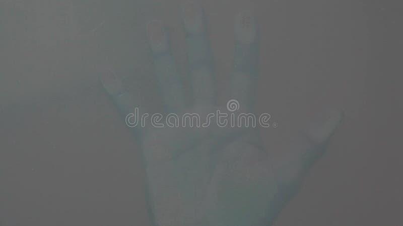 Arrière-plan en verre transparent à la main masculine clips vidéos
