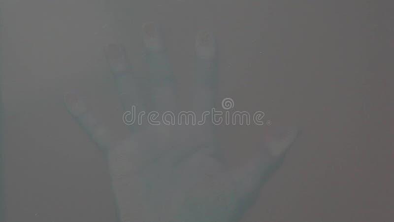Arrière-plan en verre transparent à la main masculine banque de vidéos