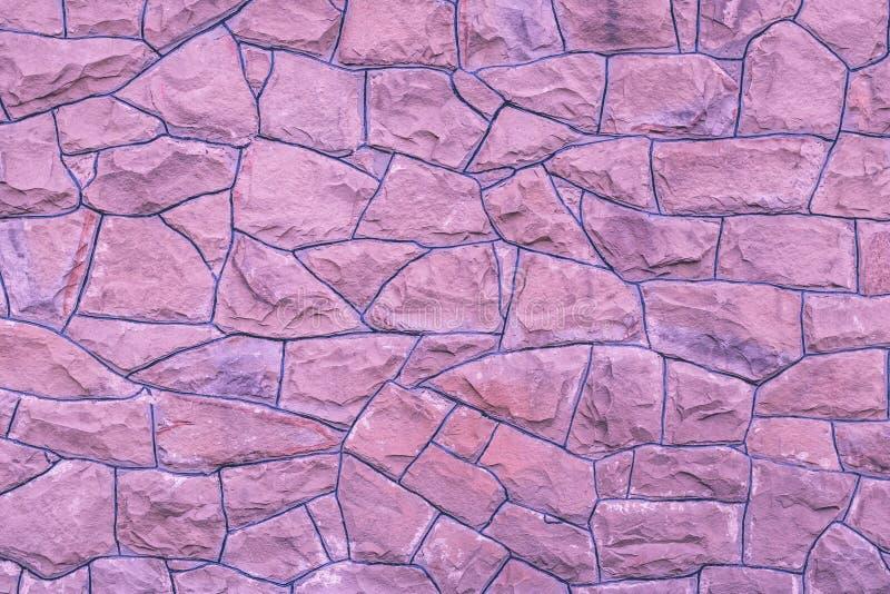 Arrière-plan mural en pierre violette Texture rose pâle des rochers Modèle naturel de briques Arrière-plans d'architecture abstra images stock