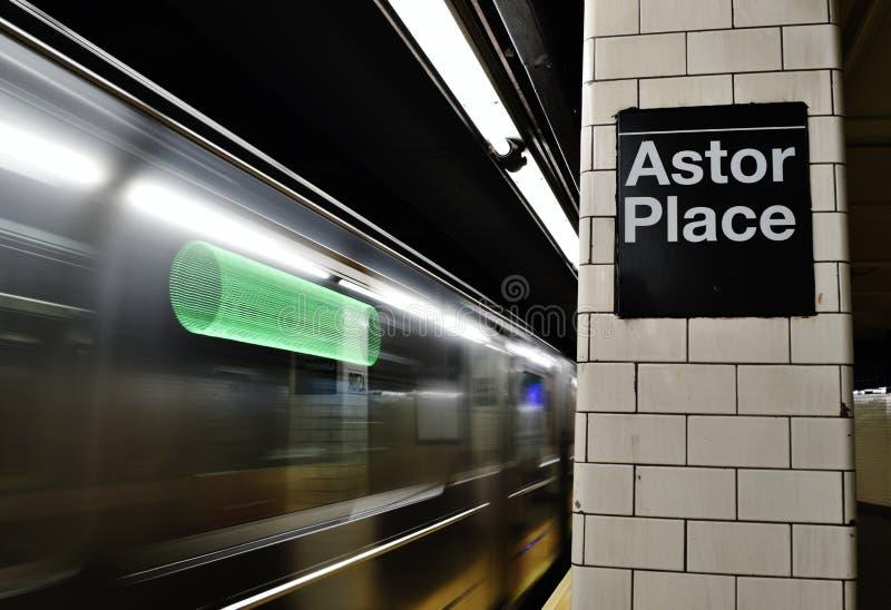 Arrivée à grande vitesse Astor Place New York City ainsi Ho Streets de métro de NYC photo libre de droits