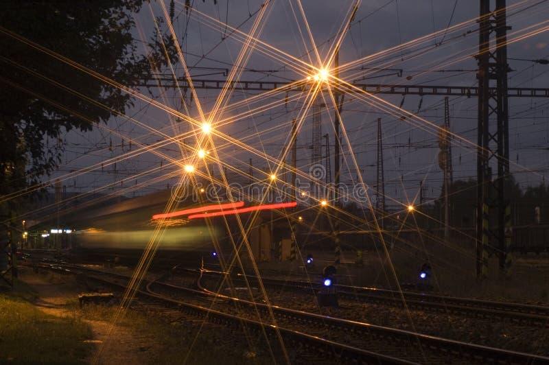 Arrivée de train de nuit images libres de droits