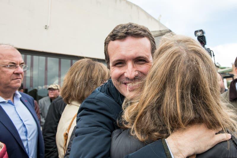 Arriv?e et salutations du chef de Pablo Casado de la partie populaire conservatrice ? Caceres, Espagne photos stock