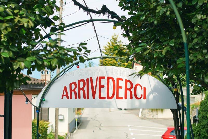 Arrivederci lub Do widzenia podpisuje wewnątrz Włoskiego języka w wiejskim Szwajcaria obrazy stock