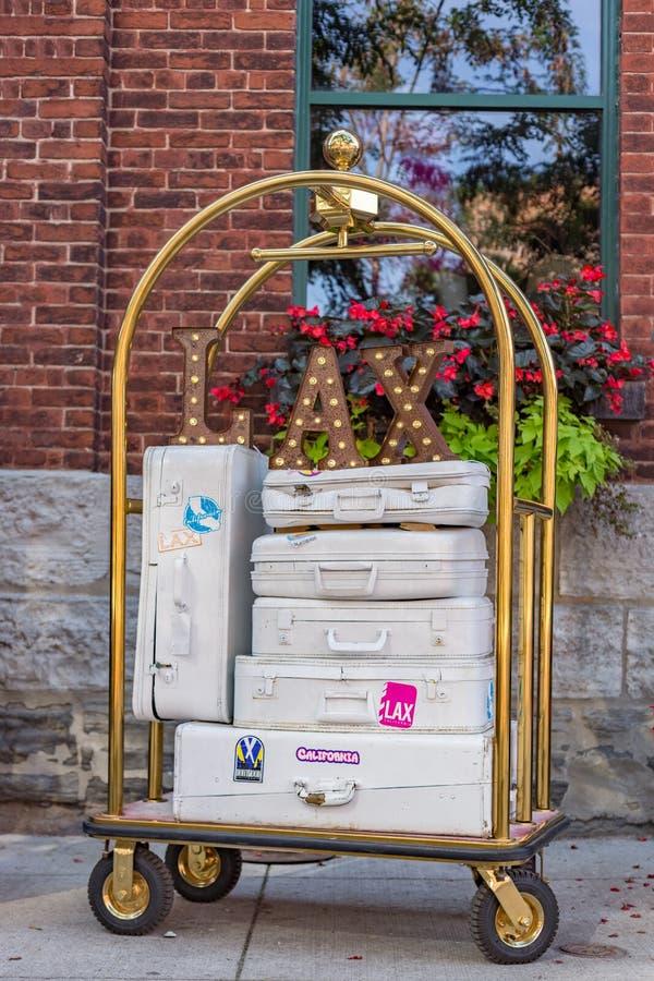Arrivo bianco di viaggio di vacanza di California di LASSISMO delle valigie del carrello immagini stock libere da diritti
