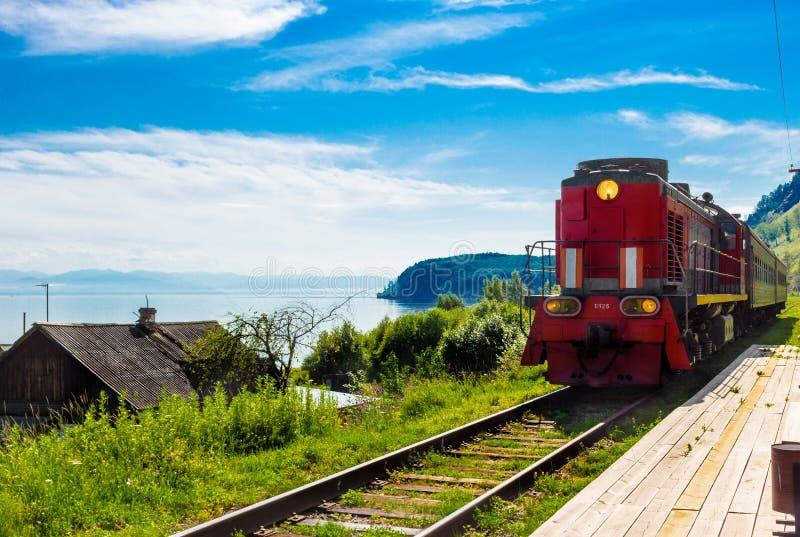 Arrivo della locomotiva sulla piattaforma immagine stock libera da diritti